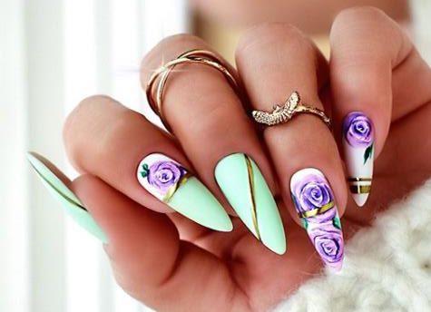 лиловые цветы на ногтях стилизация нейл-арта 2021