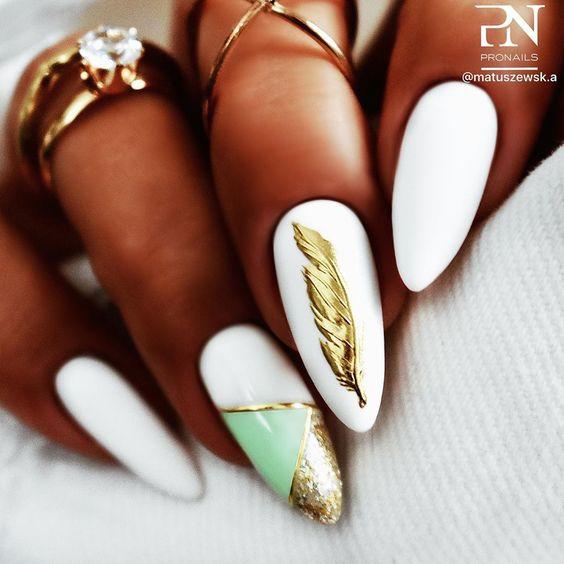 стильные ногти стилизованы белым покрытием с перышком