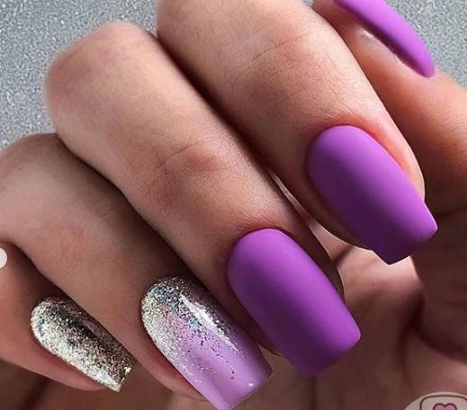 матовый маникюр красивый фиолетовый цвет 2021 с растяжкой из блестков