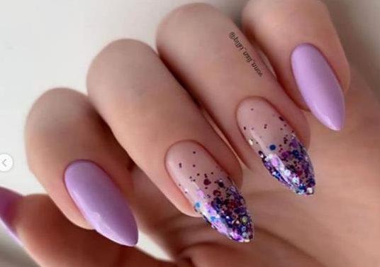 блестки на сиреневых ногтях модный маникюр 2021 фото