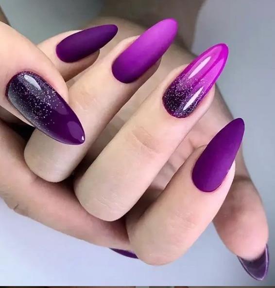 модный маникюр градиент фиолетового цвета растяжка блестки галакси 2021