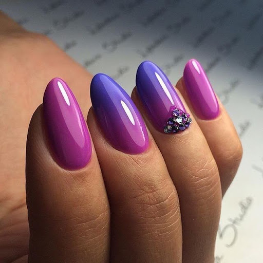 градиент фиолетового цвета гладкий глянцевый маникюр