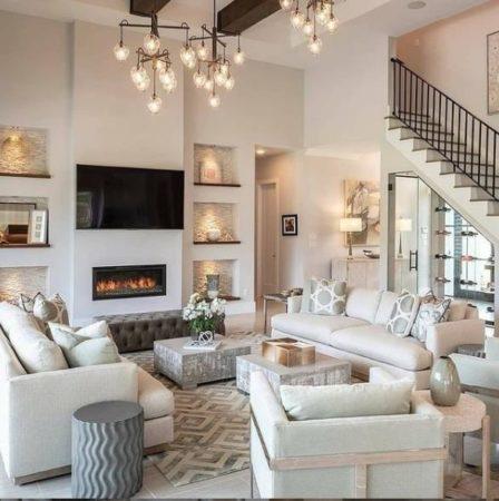 светлый интерьер гостиной с ковром фото домов