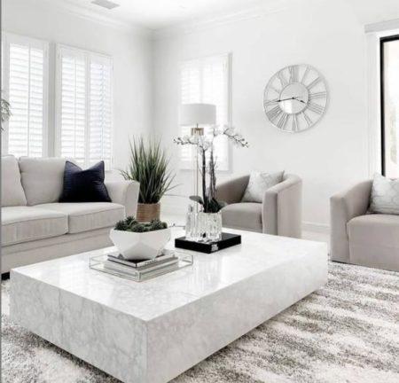светлый интерьер гостиной с ковром фото