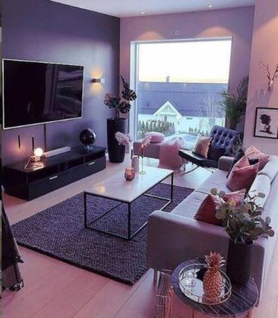 темный интерьер гостиной диваны и ковер